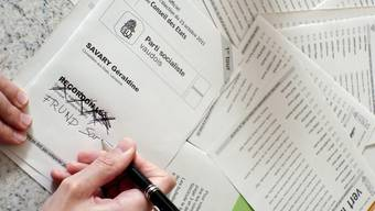 Ein Frau füllt einen Wahlzettel des Kantons Waadt aus (Archiv)