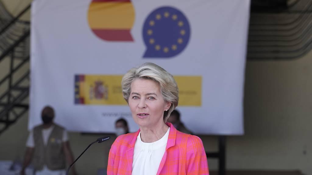 EU-Kommissionspräsidentin Ursula von der Leyen spricht im Militärflughafen Torrejon in Madrid. Von der Leyen hat am Samstag Gespräche mit den neuen Machthabern in Kabul bestätigt. Die Verhandlungen mit den militant-islamistischen Taliban bedeuteten aber keineswegs Anerkennung, betonte sie. Foto: Paul White/AP/dpa