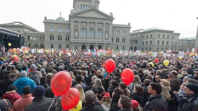 Das Berner Staatspersonal versammelt sich auf dem Bundesplatz