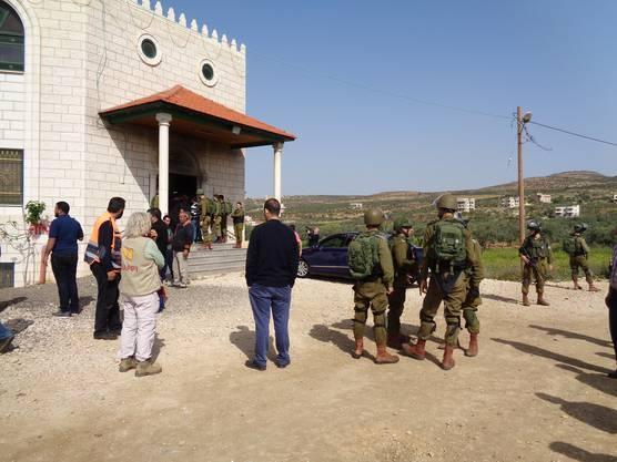 Einsatz für Pia Tschupp (in heller Kleidung) nach einem Brandanschlag auf eine Moschee in Aqraba, Bezirk Nablus