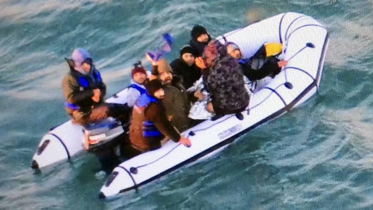 Migranten auf einem Schlauchboot im Ärmelkanal. (Archivbild)