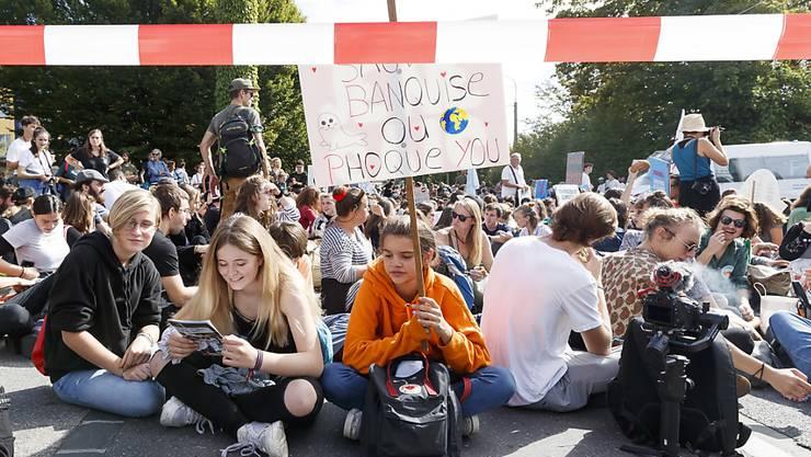 Jugendliche fordern in Lausanne mehr Klimaschutz.