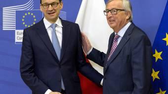 EU-Kommissionspräsident Jean-Claude Juncker (r) empfängt Polens neuen Regierungschef Mateusz Morawiecki zu einem Arbeitsessen in Brüssel