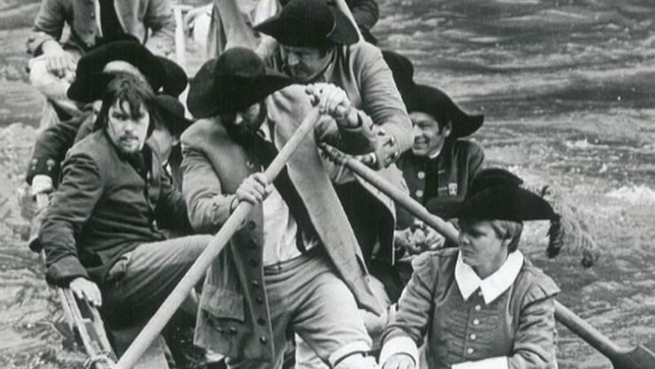 Die Zunft zur Schiffleuten legt mit ihren Weidlingen zur Badenfahrt 1977 an.