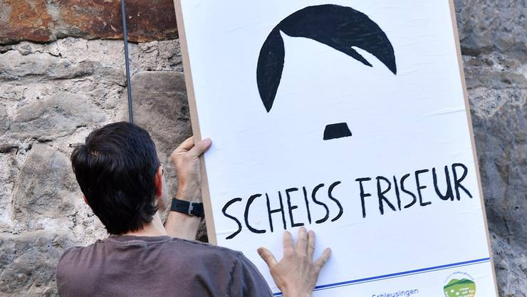 Ein Bewohner in Theimar setzt mit einem Plakat ein Zeichen gegen Neonazis.