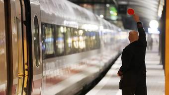 Weil ein Fahrgast im ICE der Deutschen Bahn offenbar islamistische Parolen rief, wurde der Zug gestoppt. (Archivbild)