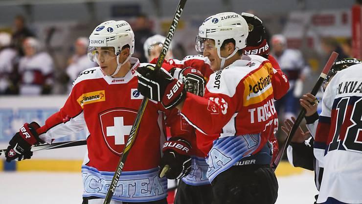 Reto Suri (links) und Morris Trachsler jubeln nach dem 2:0 - am Ende stads 2:1 für die Schweiz gegen Norwegen