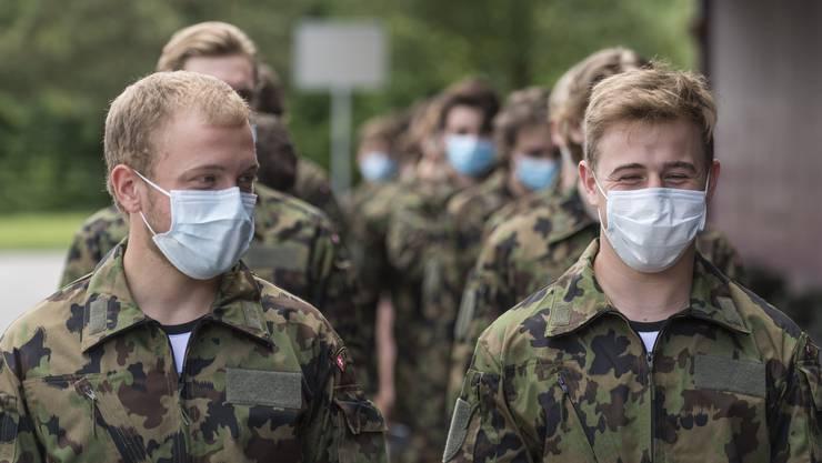 Die Rekruten der Spitzensport-RS schützen sich mit Masken vor Covid-19.