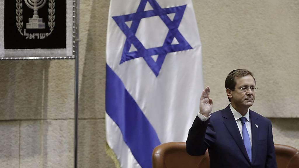 ARCHIV - Izchak Herzog bei seiner Vereidigungszeremonie im israelischen Parlament. Foto: -/AP/dpa