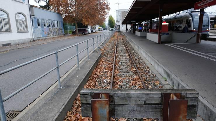 Im Bild das Gleis der Bremgarten-Dietikon-Bahn am Dietiker Bahnhof. Auf der Strasse links wird künftig die Limmattalbahn Halt machen.