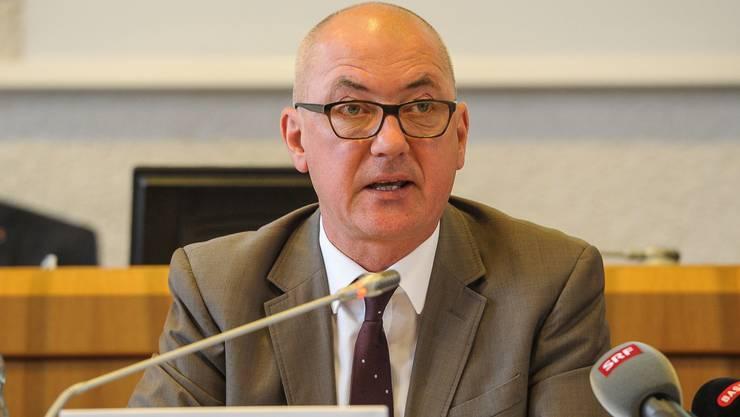 Grünen-Regierungsrat Isaac Reber muss sich gegen Kritik aus eigenen Reihen wehren. Dies, weil sich «sein» Kollegium nicht zur SVP-Initiative äussert.