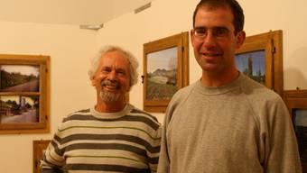Museumsleiter Fritz Brönnimann (links) und Marco Degen vor dessen Bildern im Ortsmuseum Frenkendorf. Daniel Aenishänslin