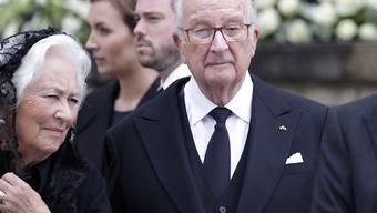 Der frühere belgische König Albert II. (in schwarzer Krawatte) zusammen mit seiner Gattin Paola (links) in einer Aufnahme vom 3. Mai 2019.