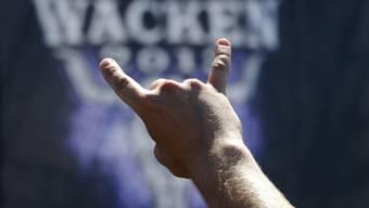 ARCHIV - Das Zeichen der Heavy-Metal-Fans, die «Pommesgabel». Foto: Carsten Rehder/dpa