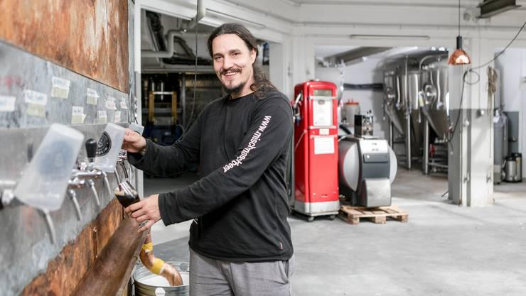 """Bierbrauer Michel Rissi ist Kleinunternehmer im Römerquartier (ehem. Citroën-Garage Müller) in Baden. Sein Bier """"Mischmasch"""" verkauft er unter anderem in der Pascha Bar in Baden."""