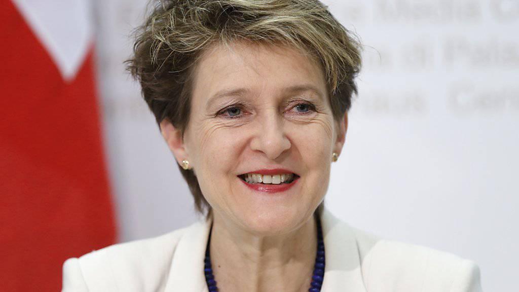 Bundesrätin Simonetta Sommaruga findet die Vorschläge der Türkei zur Bewältigung der Flüchtlingskrise interessant. Sie sieht aber noch viele offene Fragen, die rechtlich abgeklärt werden müssen. Dies sagte sie am Donnerstag in Brüssel vor dem Treffen mit ihren EU-Amtskollegen (Archiv).