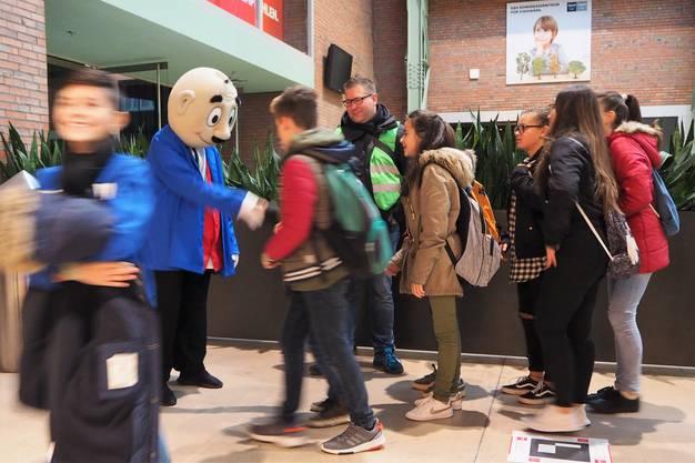 500 Kinder aus acht Zurzibieter Gemeinden sind in Baden zu Besuch, um den Papa-Moll-Film im Trafo zu schauen.