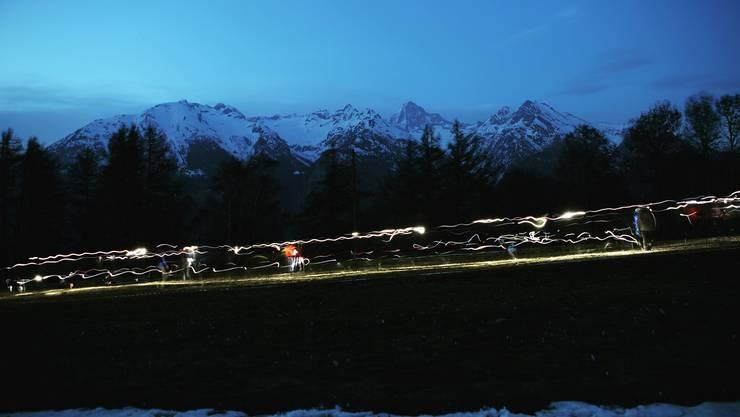In Eischoll/VS findet momentan der Schar- und Lagerleitungskurs der Bundesleitung von Jungwacht Blauring Schweiz statt. Der Schnappschuss entstand beim actionreichen Nachtgeländespiel.