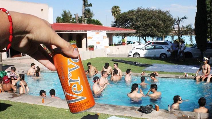 Die Energie-Drinks von Vemma werden über Poolpartys verkauft. Steckt ein illegales Schneeballsystem dahinter? zvg