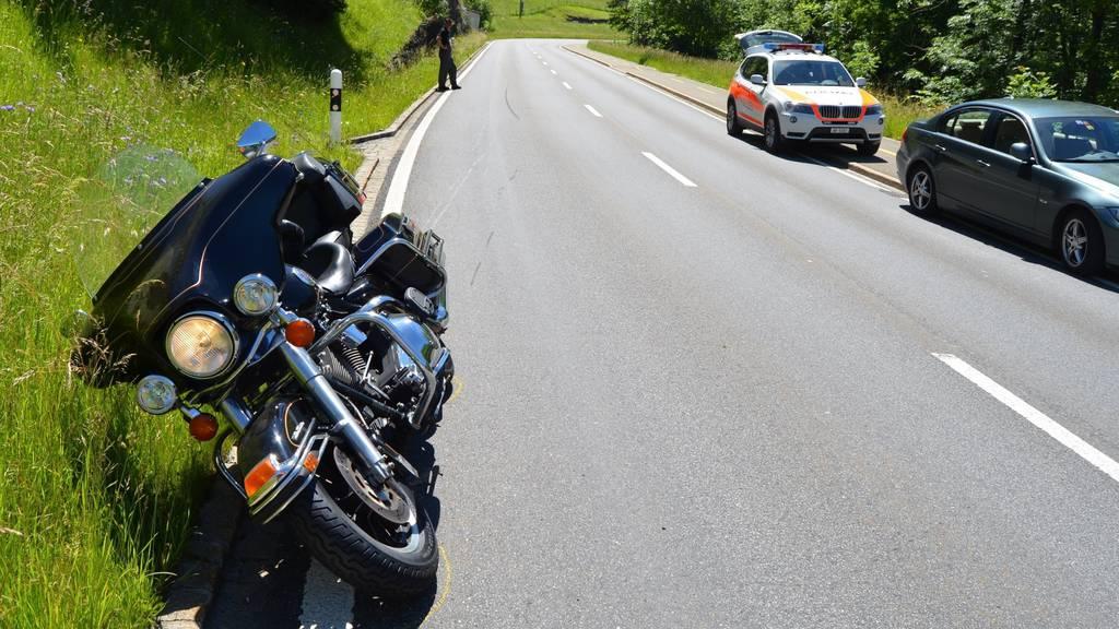 Nach dem Sturz landete das Motorrad in der Strassenböschung.