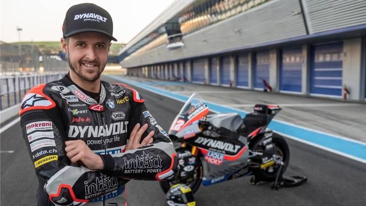 Tom Lüthi posiert vor seinem Motorrad für die neue Saison.