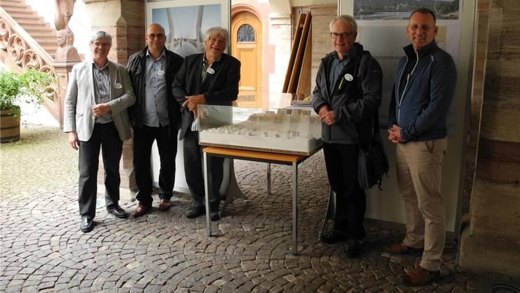 Kurt Beretta, Marco Veronesi, Peter Scholer, Ueli Urwyler und Raymond Keller (von links) am Info-Point zum Rheinsteg im Hof des Rathauses.