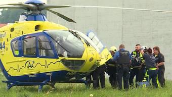 Ein Insasse im Gefängnis Lenzburg hat am Samstagmorgen in seiner Zelle ein Feuer gelegt. Der Brand konnte rasch unter Kontrolle gebracht werden, doch der Häftling wurde schwer verletzt und musste mit dem Helikopter ins Spital gebracht werden.