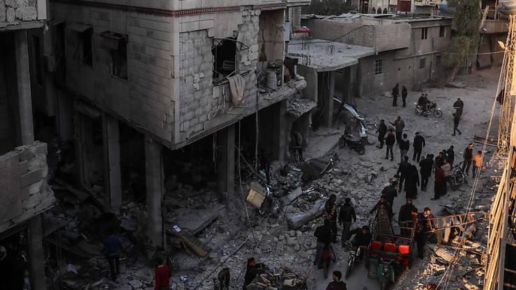 Der Luftangriff in der Stadt Hamoria nahe der syrischen Hauptstadt Damaskus verwandelte mehrere Häuser in Trümmer.