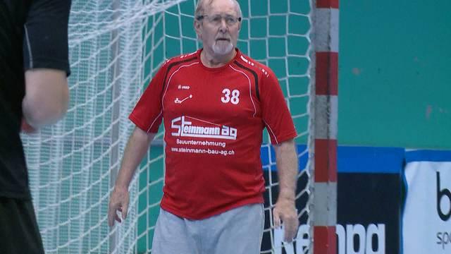 80-Jähriger pariert bei 20-jährigen aktiven Handballern