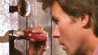 Richard Dean Anderson alias MacGyver mit seinem Schweizer Sackmesser, das ihm immer wieder gute Dienste leistet. Nun soll die TV-Serie für Fernsehen und Leinwand wiederbelebt werden (CBS Photo Archive).