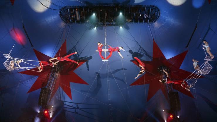 Eine Truppe aus Nordkorea, vom National-Circus Pyongyang, begeistert mit Trapeznummern - ein Höhepunkt ist ein vierfacher Salti eines Akrobaten.
