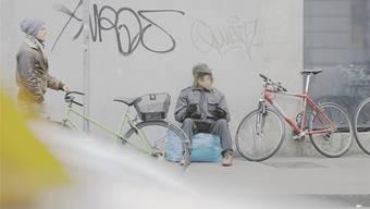 Am Bahnhof sieht man noch Randständige, sie verschwinden aber je länger, je mehr aus der Öffentlichkeit. Dennoch nimmt die Zahl Obdachloser zu.