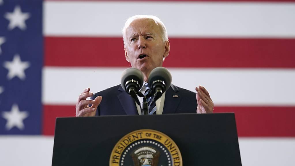 Joe Biden, Präsident der USA, spricht auf der Royal Air Force Station Mildenhall vor Mitgliedern des US-Militärs. Foto: Patrick Semansky/AP/dpa