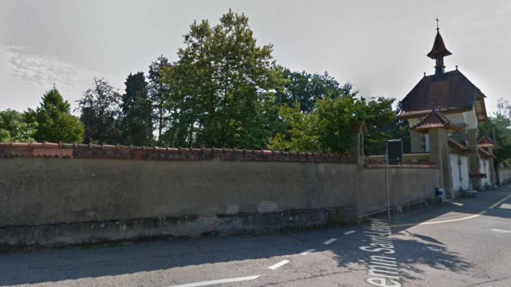 58 hohe Bäume auf dem Friedhof St. Leonhard in Freiburg müssen durch niedrigere ersetzt werden. Dies, weil herunterstürzende Äste oder Bäume bei Sturm den Bahnverkehr behindern können.