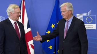 Die Brexit-Verhandlungen sind am Montag in Brüssel gestartet. Vor Gesprächsbeginn hatte EU-Chefunterhändler Michel Barnier (rechts) dem britischen Brexit-Verhandler David Davis die Hand gereicht.