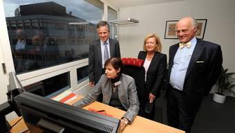 Nachdem der Business Parc Reinach seit zwei Jahren im Neubau funktioniert, lassen sich Beat Oberlin (stehend von links) Gerda Massüger und Klaus Endress von Phact-Gründerin Barbara Jentges (sitzend) ihr Geschäftsmodell erklären.