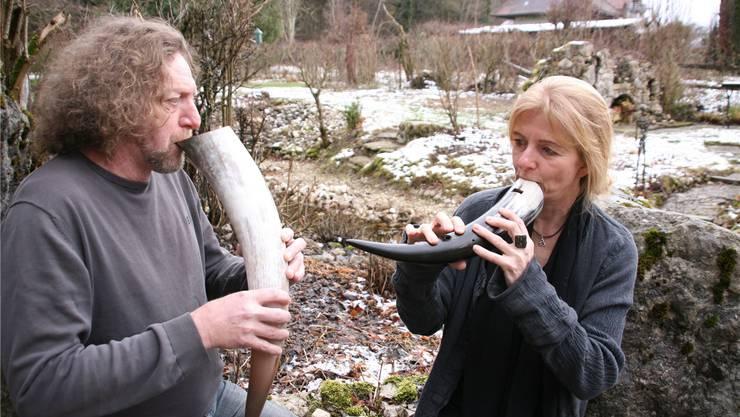 Christa Hunziker und Roland Hächler musizieren auf Gämshörnern. Das sei faszinierend, weil es ein Naturprodukt sei, sagen sie. ba