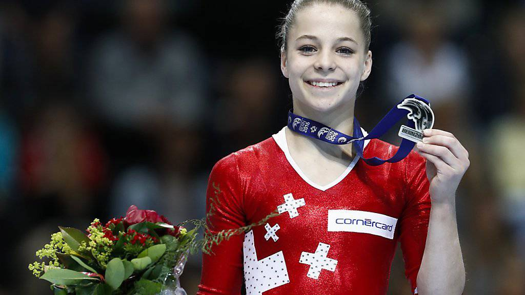 Die 14-jährige Zürcherin Lynn Genhart freut sich an der Heim-EM in Bern im Mehrkampf-Final über den Gewinn der Silbermedaille