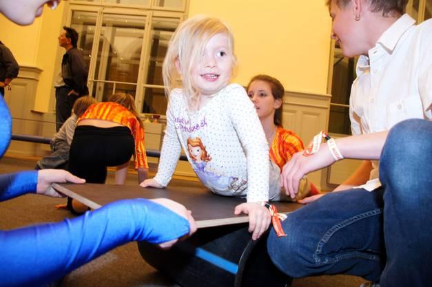 Beim Mitspielzirkus nach den Vorstellungen durften die kleinen Zuschauer mitturnen.