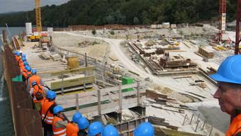 Kraftwerkbesucher informierten sich auf der Baustelle.