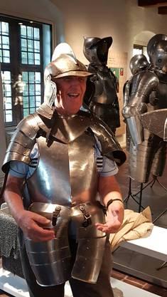 """Anprobieren einer Rüstung im Museum """"Altes Zeughaus"""""""