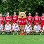 : Die Schweizer Nationalmannschaft posiert mit dem WM-Maskottchen «Üle».