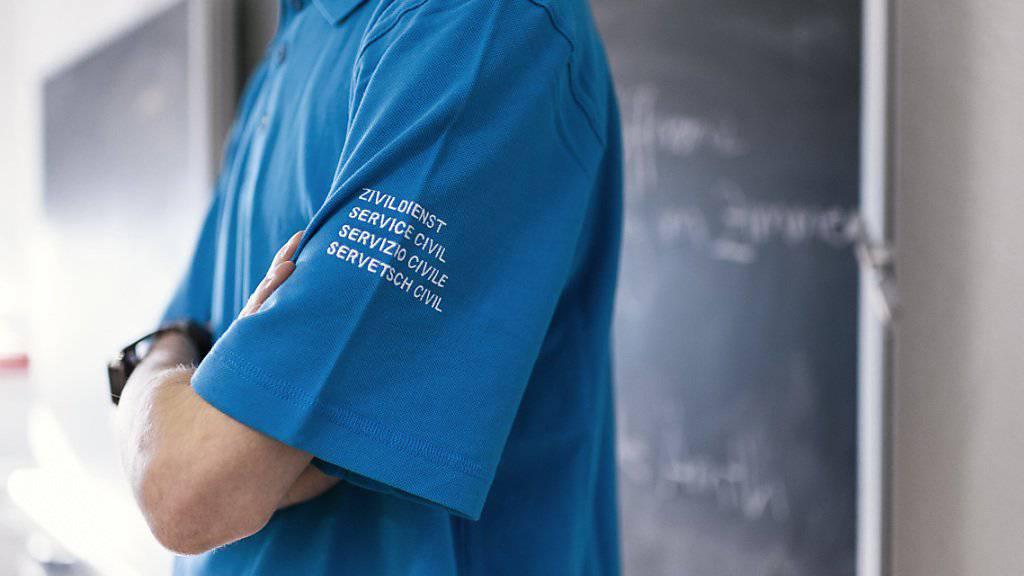 Zivildienstleistende sind oft an den Kleidern zu erkennen. Eine Uniformpflicht lehnt der Ständerat aber ab. (Archiv)