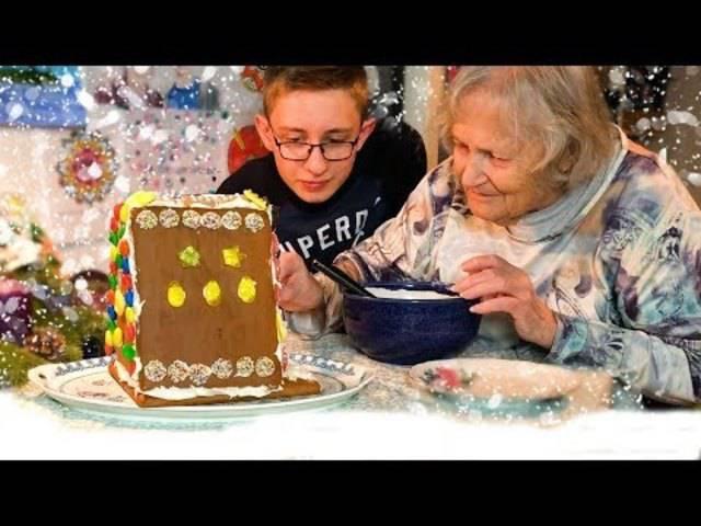 Janik und seine Oma machen ein Lebkuchenhaus.