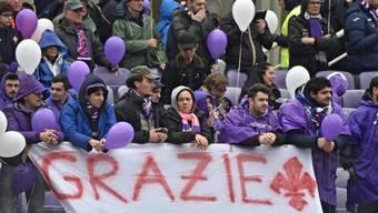 Fans halten vor dem Spiel Fiorentina - Benevento ein Banner für den verstorbenen Fiorentina-Captain Davide Astori