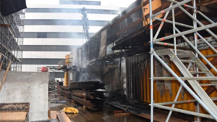 Zehn Baucontainer wurden Opfer der Flammen.