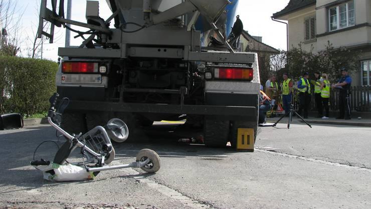 Ein Lastwagen überrollt in Brugg einen Senior mit Rollator.