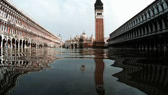 Solche Bilder des überfluteten Markusplatzes in Venedig soll es bald viel weniger geben. Ein Schutzsystem soll in einigen Monaten die Zahl der Überschwemmungen senken. (Archiv)