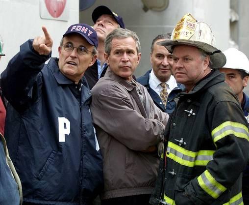 New Yorks Bürgermeister Rudy Giuliani (links) mit US-Präsident George W. Bush (Mitte) am Ground Zero (14.11.2001).