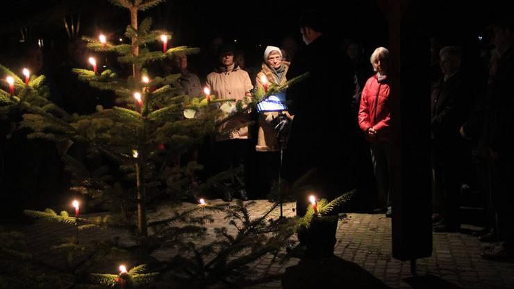 Nur ein paar Kerzen erhellten den Friedhof in Unterentfelden.